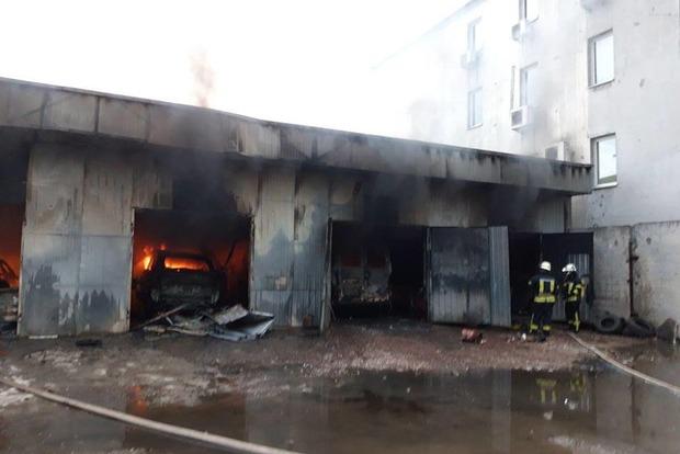 Врятували три машини і їжачка. Рятувальники розповіли подробиці пожежі в Києві