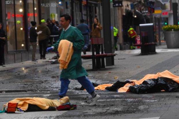 Опубликовано видео бегущих в панике людей с места теракта в Стокгольме