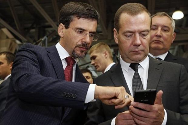 Медведеву презентовали российский телефон Inoi R7