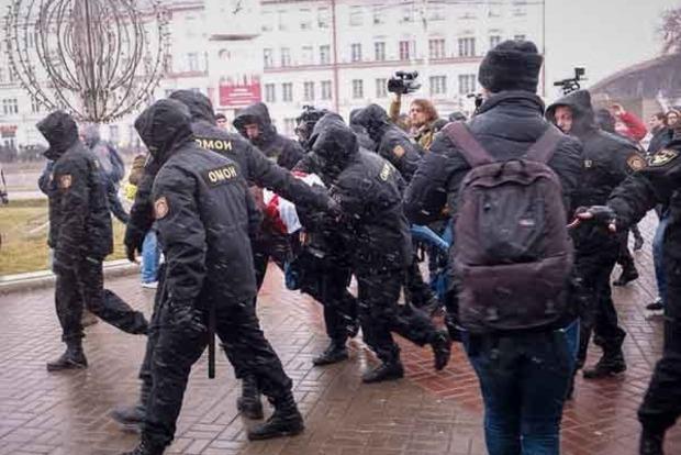 В сети опубликовано видео массовых задержаний в Минске