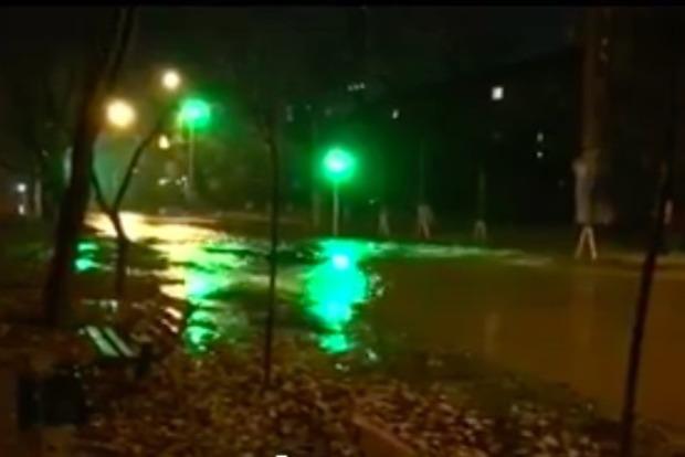 В результате прорыва теплотрассы улицу в Киеве залило кипятком