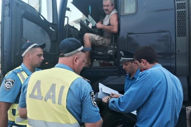 На КПП «Каланчак» начали проверку законности груза фур, дальнобойщики разъезжаются