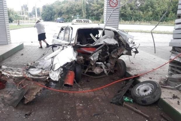 На заправке в Тернополе такси разорвало пополам из-за газового баллона