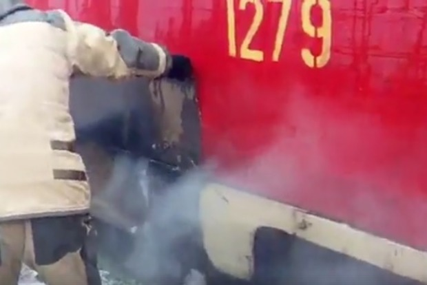 В Днепре пассажиры с помощью снега потушили горящий трамвай