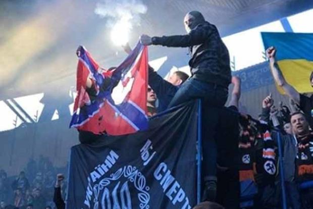 Ультрас «Шахтаря» сожгли флаг Новороссии наматче скиевским «Динамо»