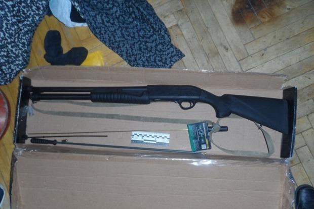 Злоумышленник с ружьем в Киеве напал на курьера с пистолетом