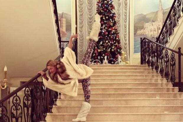Волочкова порадовала на Новый год глубоким декольте и шпагатом возле елки