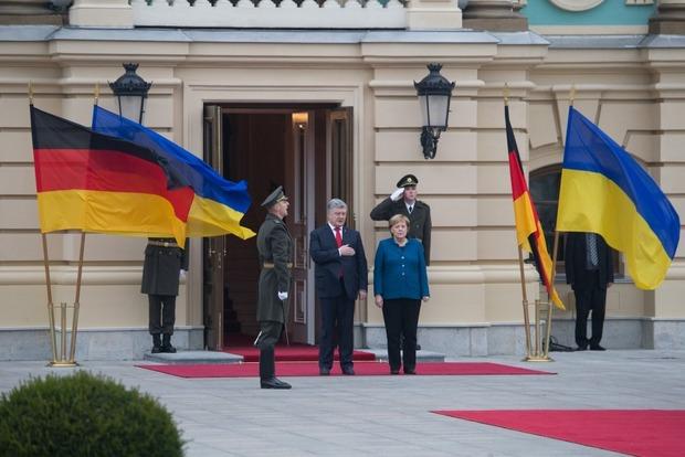 Встретили с военными почестями. В Киеве начались переговоры Меркель и Порошенко