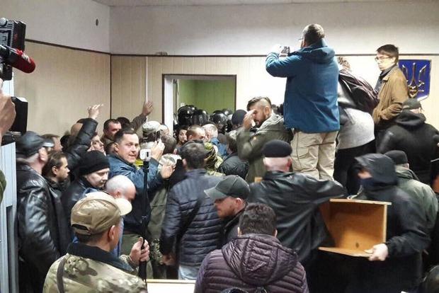 Дело главы ОУН: активисты забаррикадировались в Святошинском суде
