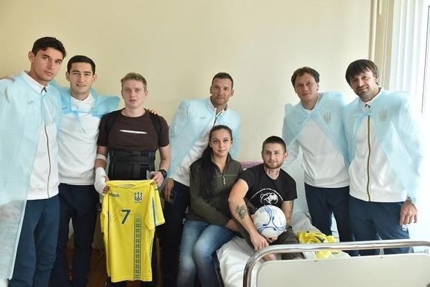 Сборная Украины вместе с тренерами проведала атовцев в харьковском госпитале