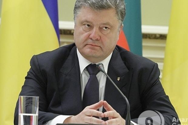 Порошенко в Николаеве вручил ордера на квартиры для семей 15 участников боевых действий