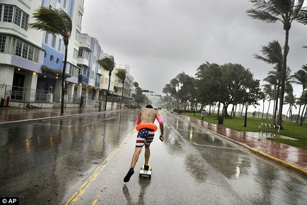 Самые идиотские выходки, совершенные во время урагана «Ирма»