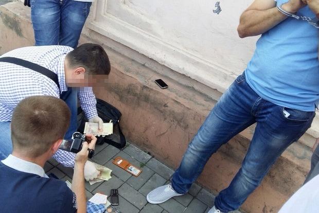 В Запорожской области полицейский обложил воров «данью»