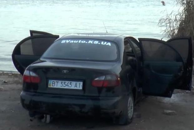 В Днепре херсонские спасатели нашли автомобиль с двумя телами