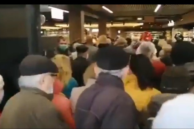 Скидки или смерть! Сотни мариупольцев едва не задавили друг друга на открытии супермаркета