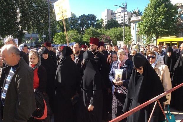Под Радой верующие УПЦ МП протестуют против законов, определяющих статус религиозных организаций. Фото
