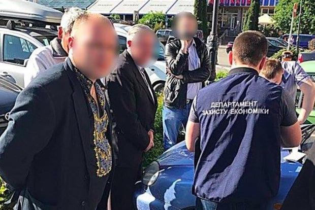 В Ивано-Франковске задержали на взятке чиновника в вышиванке