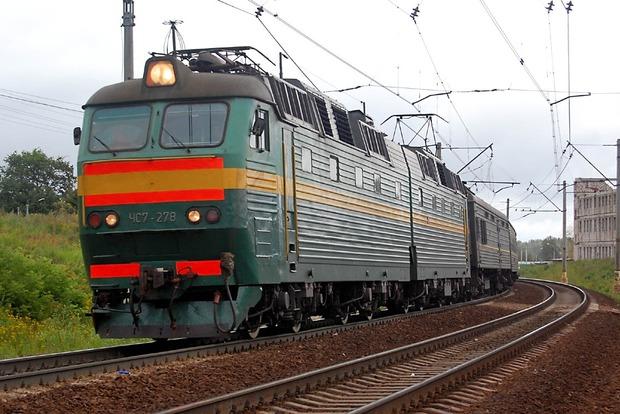 На Львовщине поезд сошел с рельс, перевернутые вагоны блокировали трассу Киев - Чоп