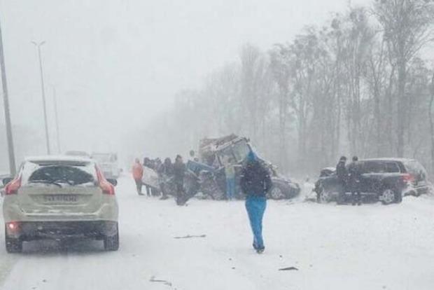 Под Киевом автомобили врезались в колонну снегоуборочной техники