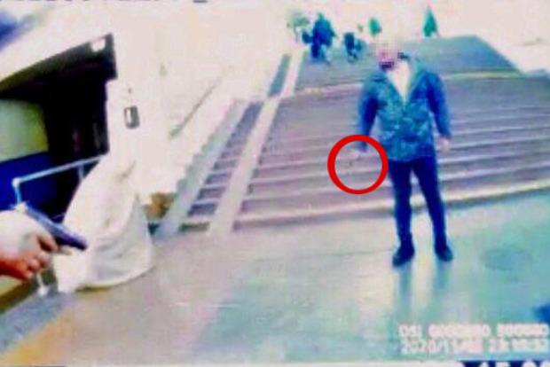 В метро Киева неадекват с ножом напал на пассажиров и копа из-за замечания о маске