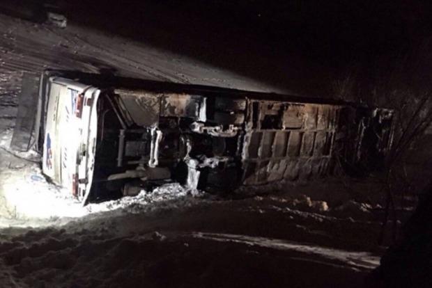 Под Днепром автобус с детьми сбил женщину и перевернулся