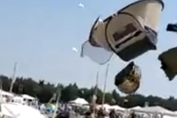 Мощный смерч поднял в небо палатки дикарей на Черном море