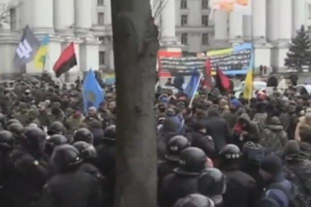 В центре Киева активисты забросали камнями офис Ахметова