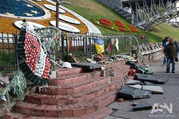 Вандал, разгромивший памятник Небесной Сотне, получил подозрение