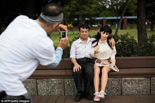Японец заменил жену тремя огромными куклами