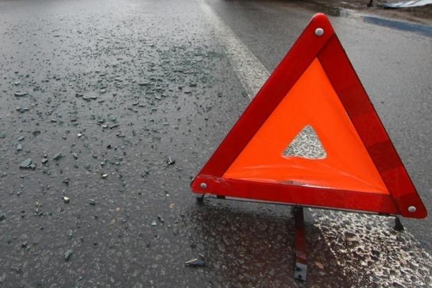 В Киеве пьяный водитель на грузовике снес билборд и вылетел в кювет