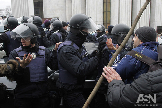 Ламають руки за торгівлю, б'ють за мат: експерт - про найбільш поширені знущання правоохоронців