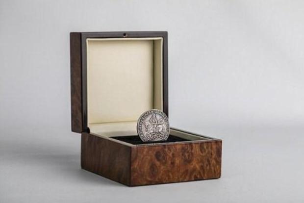 Мешканка Великої Британії знайшла в непотребі монету вартістю в сто тисяч фунтів
