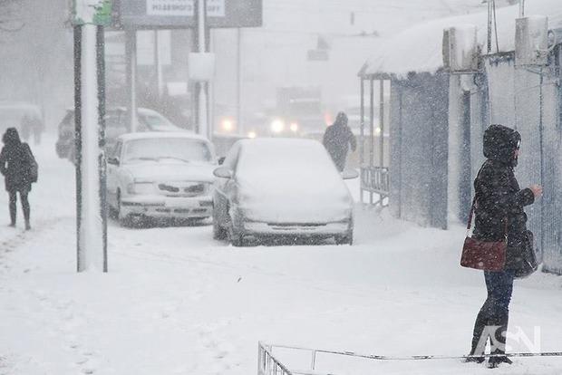 Общественный транспорт в Киеве курсирует без графика из-за снегопада