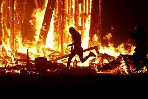 Мужчина сжег себя на глазах у зрителей фестиваля в США