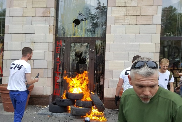 В Киеве разгромили магазин, где стерли граффити Майдана