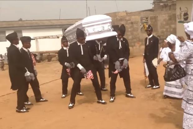 Знаменитые танцующие с гробом темнокожие парни призвали всех сидеть дома