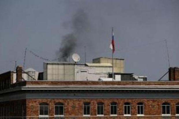 Над консульством РФ в США появился столб черного дыма