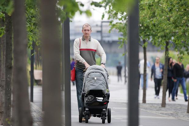 В Беларуси планируют ввести обязательный отпуск для отцов
