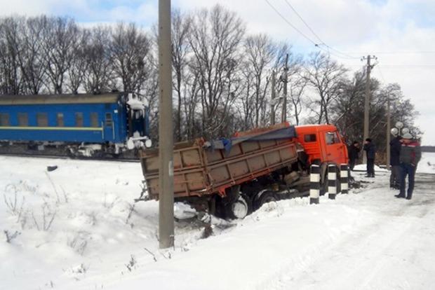 В Хмельницкой области столкнулись московский поезд и КамАЗ