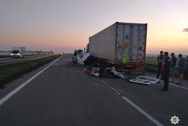 Микроавтобус протаранил фуру на обочине: 5 погибших, 12 раненных (фото)