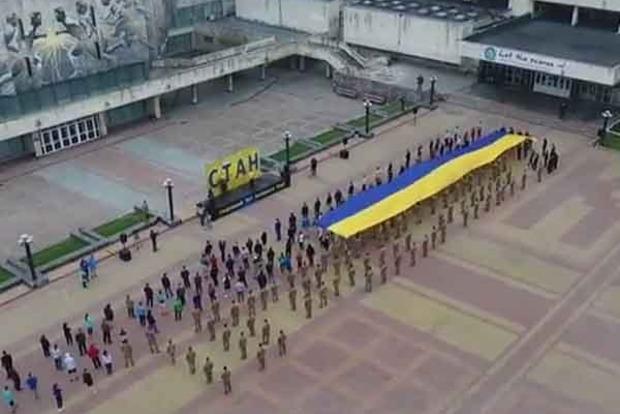 Студенты КПИ развернули гигантский флаг Украины
