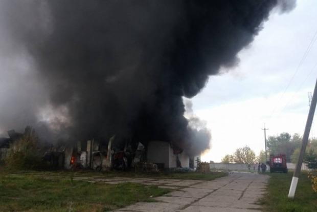 Под Киевом горят склады на площади 500 м2