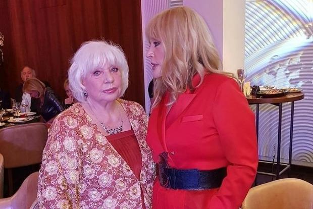 Пугачева вышла в свет в откровенном красном наряде