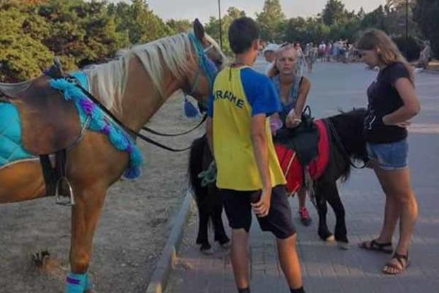 Сеть покорил парень в сине-желтой футболке с надписью «Украина» в Крыму