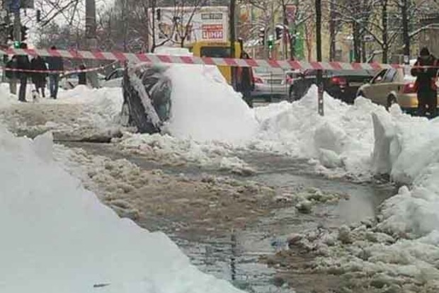 В центре Киева провалился под асфальт автомобиль