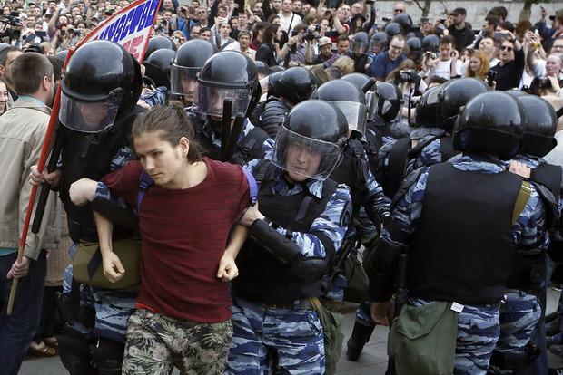 В России за участие молодежи в митингах будут наказаны родители и учителя