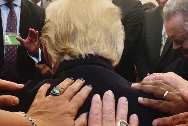 Американские священники помолились за Дональда Трампа и спровоцировали скандал