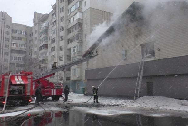 В Сумах на площади 1400 кв м горит здание спортклуба