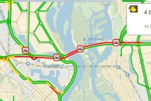 Из-за двух ДТП и сотни огромных ям Московский мост в Киеве заблокирован