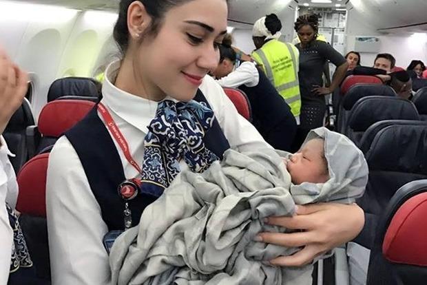 В самолете на высоте 13 тысяч метров родилась девочка